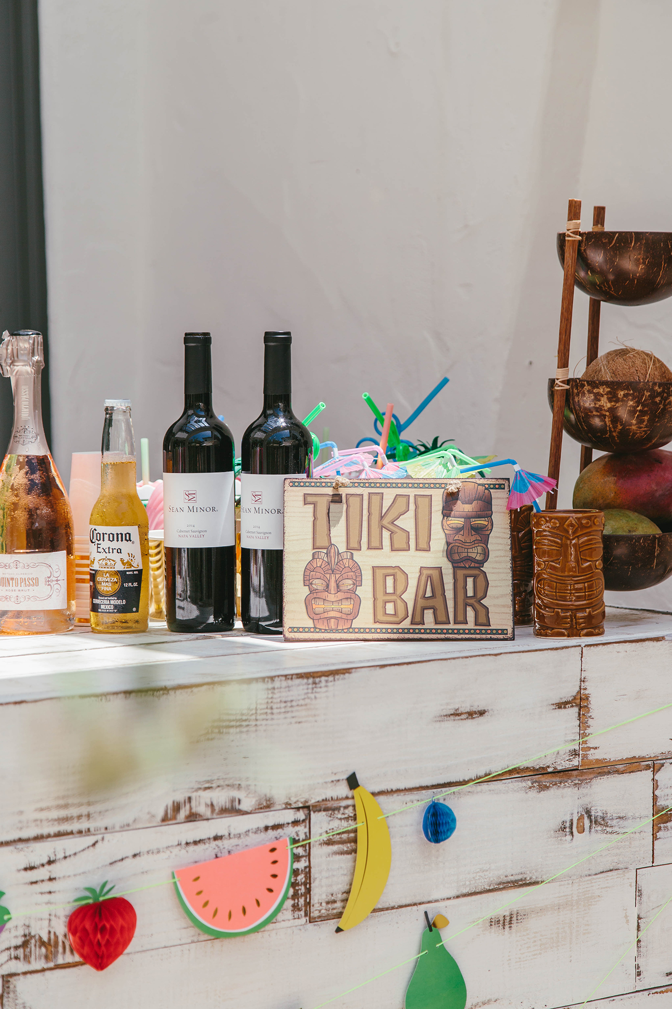 How to decorate a tiki bar